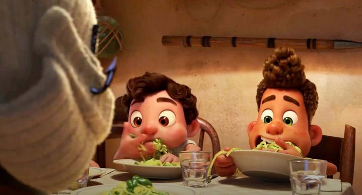 """Luca et Alberto dévorent les pates italiennes dans le film """"Luca"""" d'Enrico Casarosa."""