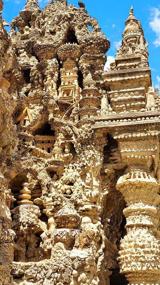 """Détails du """"temple Hidou"""", à l'angle Nord-Est du Palais idéal du Facteur Cheval. © Culturellement Vôtre"""