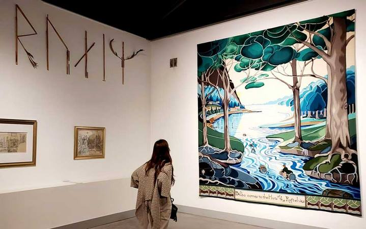 """""""Bilbo comes to the huts of the Raft-elves"""" (tapisserie, 3,2 m x 2,78 m, 2018, Collection Cité internationale de la tapisserie) d'après l'aquarelle de J.R.R. Tolkien (1937). © Culturellement Vôtre"""